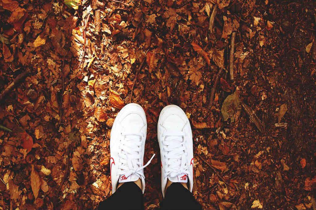 Køb de fede sneakers i både hvid, sort eller farve til kvinder