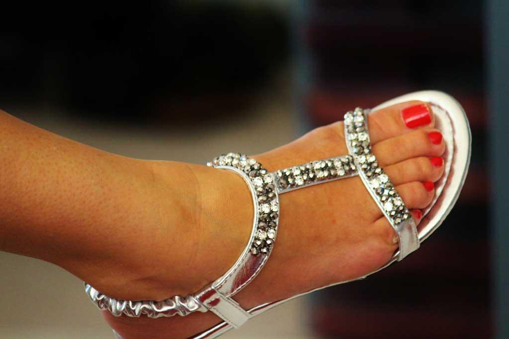 Køb billige sandaletter i sølv og med hæl til sommer