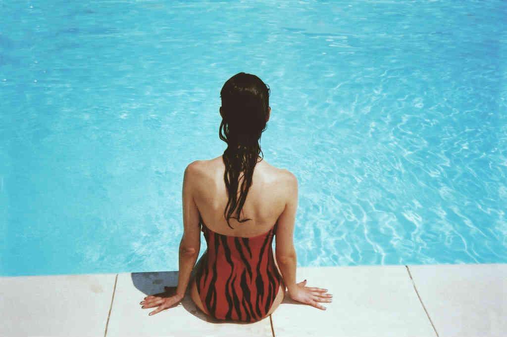 Brug de flotte badedragter til kvinder ved pool og strand